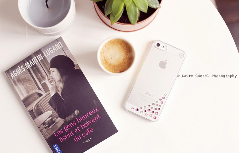 Les gens heureux lisent et boivent du café avis